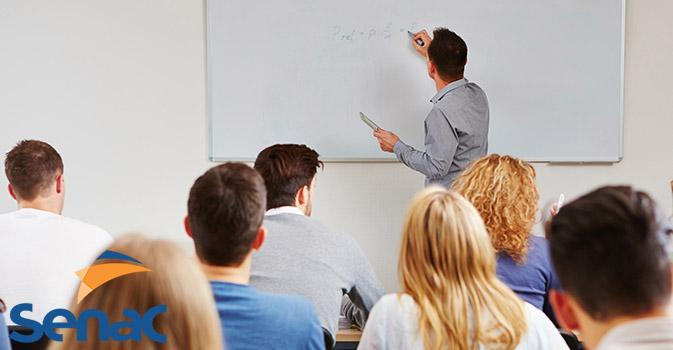 Professor de Marketing dando aula