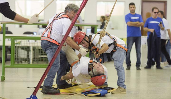 Homens fazendo salvamento